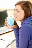 Mujer hermosa con la taza en hogar fotos de archivo