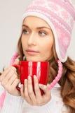 Mujer hermosa con la taza roja Fotografía de archivo
