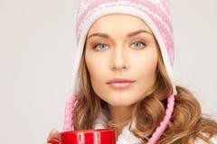 Mujer hermosa con la taza roja Imágenes de archivo libres de regalías