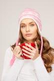 Mujer hermosa con la taza roja Foto de archivo