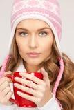 Mujer hermosa con la taza roja Fotos de archivo libres de regalías