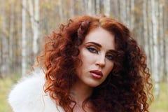 Mujer hermosa con las actitudes blancas de la piel Fotos de archivo