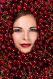Mujer hermosa con las cerezas Imagen de archivo