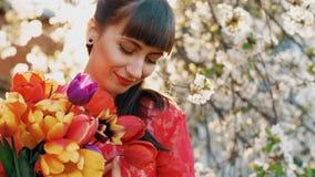 Mujer hermosa con las flores almacen de metraje de vídeo
