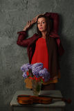 Mujer hermosa con las flores Fotos de archivo libres de regalías