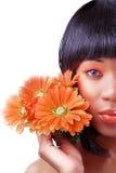Mujer hermosa con las flores imagenes de archivo