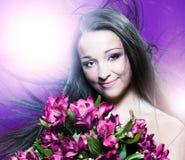 Mujer hermosa con las flores fotografía de archivo
