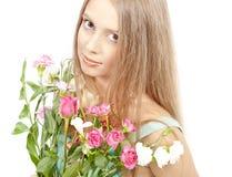 Mujer hermosa con las flores del verano Fotografía de archivo