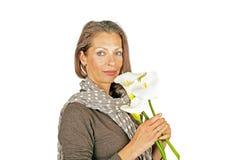 Mujer hermosa con las flores florecientes de Cala Fotografía de archivo