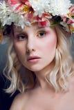 Mujer hermosa con las flores frescas en pelo Imagenes de archivo