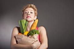 Mujer hermosa con las frutas y verdura Imagenes de archivo
