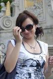 Mujer hermosa con las gafas de sol de la moda Fotos de archivo