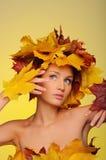 Mujer hermosa con las hojas de otoño en amarillo Fotografía de archivo libre de regalías