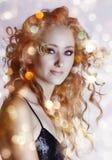 Mujer hermosa con las luces. Imagen de archivo