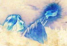 Mujer hermosa con las manos que se consideran ligeras en el paisaje nocturno, gráfico de ordenador de la pintura Efecto del color Fotografía de archivo libre de regalías
