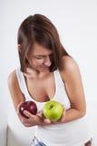 Mujer hermosa con las manzanas Imagenes de archivo