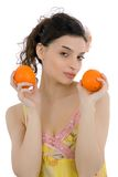 Mujer hermosa con las naranjas Fotos de archivo libres de regalías