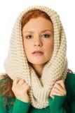 Mujer hermosa con las pecas, el pelo rojo y una bufanda Fotografía de archivo