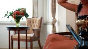 Mujer hermosa con las piernas agradables que escucha la música metrajes