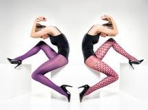 Mujer hermosa con las piernas atractivas largas en medias y tacones altos Foto de archivo libre de regalías