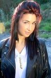Mujer hermosa con las rayas rojas en su pelo Fotos de archivo