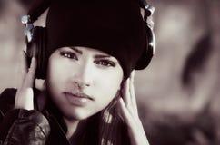 Mujer hermosa con los auriculares Fotos de archivo