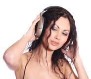 Mujer hermosa con los auriculares Fotos de archivo libres de regalías