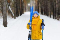 Mujer hermosa con los esquís en paseo del invierno Foto de archivo