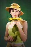 Mujer hermosa con los girasoles fotos de archivo libres de regalías