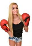Mujer hermosa con los guantes de boxeo rojos Fotos de archivo