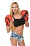 Mujer hermosa con los guantes de boxeo rojos Fotos de archivo libres de regalías