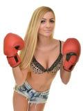 Mujer hermosa con los guantes de boxeo rojos Foto de archivo libre de regalías