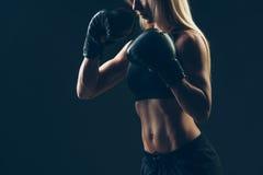 Mujer hermosa con los guantes de boxeo rojos, negros Fotografía de archivo