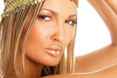 Mujer hermosa con los labios de oro Fotos de archivo libres de regalías