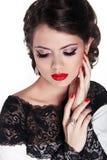 Mujer hermosa con los labios rojos del lustre atractivo y los pelos ondulados románticos Foto de archivo libre de regalías