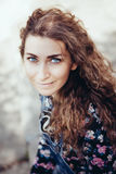 Mujer hermosa con los ojos azules que miran en la cámara fotografía de archivo