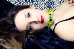 Mujer hermosa con los ojos azules y los labios rojos Foto de archivo