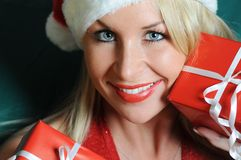 Mujer hermosa con los regalos de Navidad Imagen de archivo libre de regalías