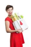 Mujer hermosa con los regalos de Navidad Foto de archivo libre de regalías