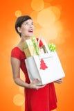 Mujer hermosa con los regalos de Navidad Imagen de archivo