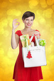 Mujer hermosa con los regalos de Navidad Fotografía de archivo libre de regalías