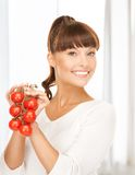 Mujer hermosa con los tomates brillantes Imagen de archivo libre de regalías