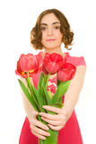 Mujer hermosa con los tulipanes (foco en talips) Fotografía de archivo libre de regalías