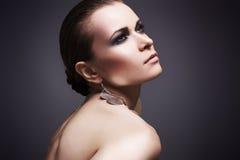 Mujer hermosa con maquillaje ahumado Imágenes de archivo libres de regalías