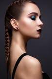 Mujer hermosa con maquillaje creativo brillante Modelo con las trenzas y marsala del color del labio Imágenes de archivo libres de regalías