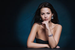 Mujer hermosa con maquillaje de la tarde Joyería y belleza Foto de archivo libre de regalías