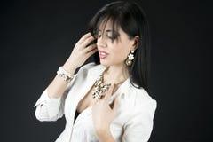 Mujer hermosa con maquillaje de la tarde Joyería y belleza Imagen de archivo libre de regalías