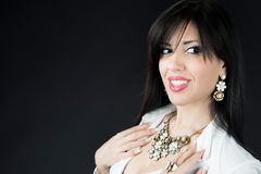 Mujer hermosa con maquillaje de la tarde Joyería y belleza Fotografía de archivo libre de regalías