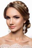 Mujer hermosa con maquillaje del oro Novia hermosa con el peinado de la boda de la manera Fotos de archivo