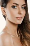Mujer hermosa con maquillaje del oro Novia hermosa con el peinado de la boda de la manera imágenes de archivo libres de regalías